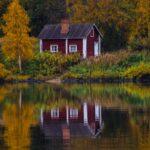 Ruskamaisema ja saunamökki järvenrannalla Ranualla